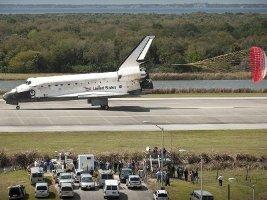 Lo Space Shuttle Discovery atterra alla fine della sua ultima missione (foto NASA)