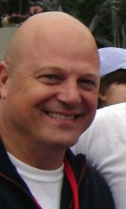 Michael Chiklis interpreta Jim Powell