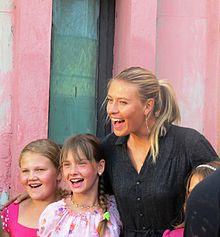 Maria Sharapova con i bambini di Gomel, nella zona colpita dal disastro di Chernobyl