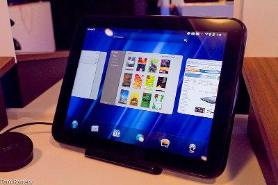 Un HP TouchPad con webOS montato su un dock Touchstone