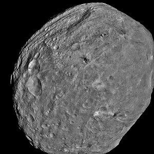 L'asteroide Vesta (foto NASA/JPL-Caltech/UCLA/MPS/DLR/IDA)