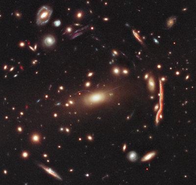 L'ammasso di galassie MACS J1206.2-0847 (foto NASA, ESA, M. Postman (STScI), and the CLASH Team)