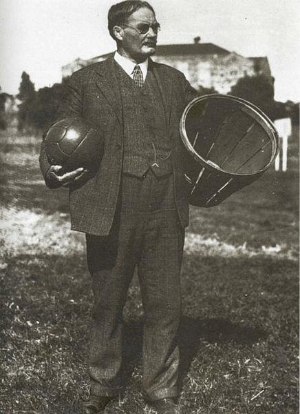 James Naismith con un pallone da basket e il primo cesto usato inizialmente