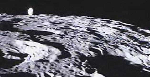 Il cratere lunare De Forest con la Terra sullo sfondo (Immagine NASA/Caltech-JPL/MIT/SRS)