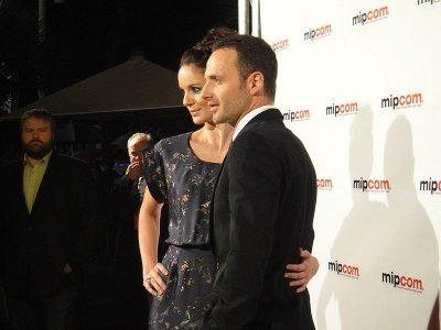 Sarah Wayne Callies, che interpreta Lori Grimes, e Andrew Lincoln, che interpreta Rick Grimes, con il produttore esecutivo Robert Kirkman sullo sfondo nel 2010