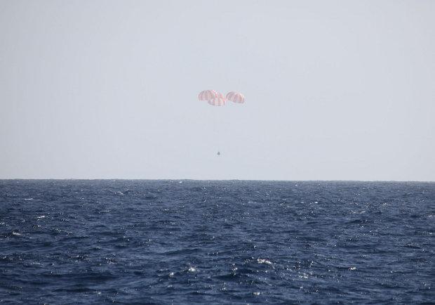 La navicella spaziale SpaceX Dragon in fase di ammaraggio (Foto SpaceX)