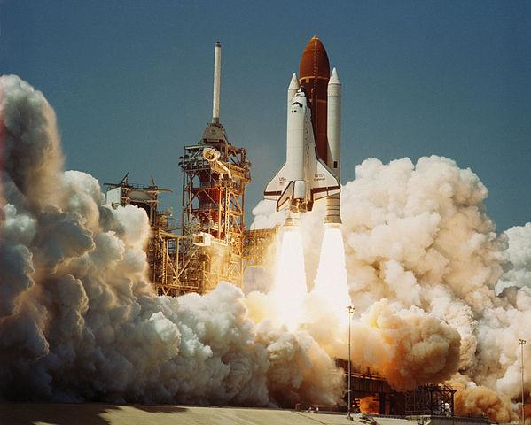 Lo Space Shuttle Challenger decolla per la sua prima missione spaziale