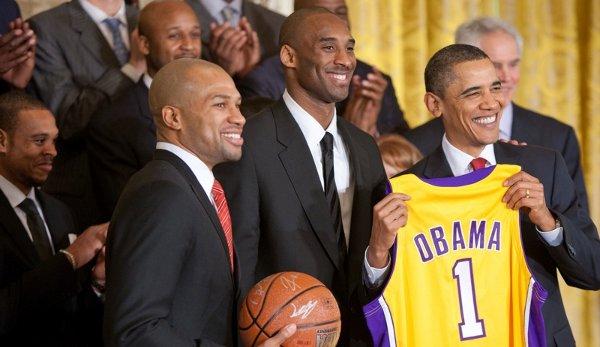Kobe Bryant in mezzo a Derek Fisher a al Presidente Barack Obama alla Casa Bianca nel 2010