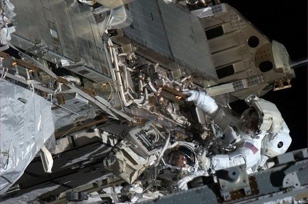 Gli astronauti Chris Cassidy e Tom Marshburn durante il loro lavoro di riparazione (Foto Chris Hadfield)
