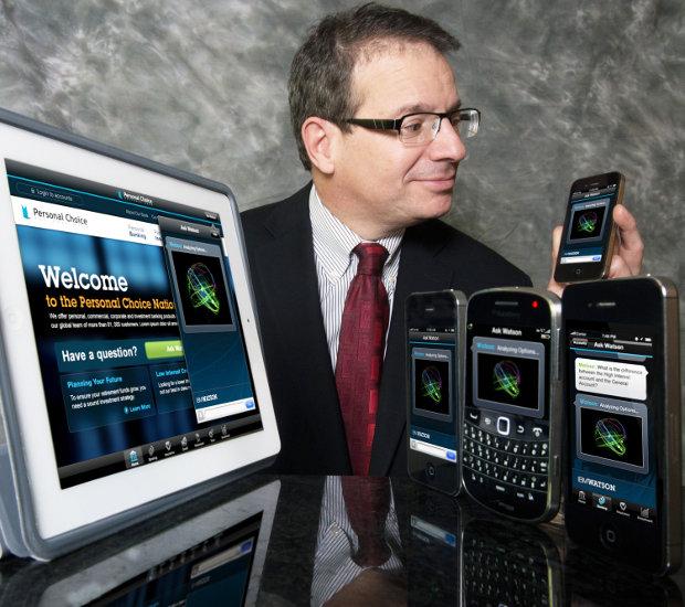 Il vice-presidente del progetto IBM Watson Stephen Gold interagisce col sistema (Foto cortesia IBM. Tutti i diritti riservati)