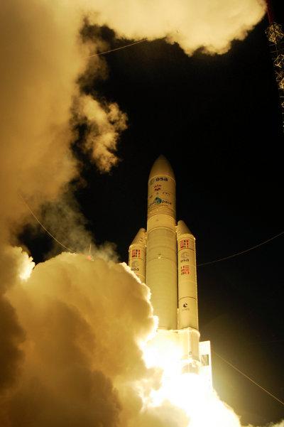 Il decollo del razzo Ariane 5 con la navetta spaziale ATV-4 Albert Einstein (Foto ESA–S. Corvaja)