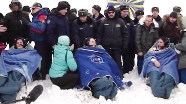 L'astronauta Mike Hopkins e i cosmonauti Oleg Kotov e Sergey Ryazanskiy assistiti dal personale al suolo dopo il loro atterraggio (Immagine NASA TV)