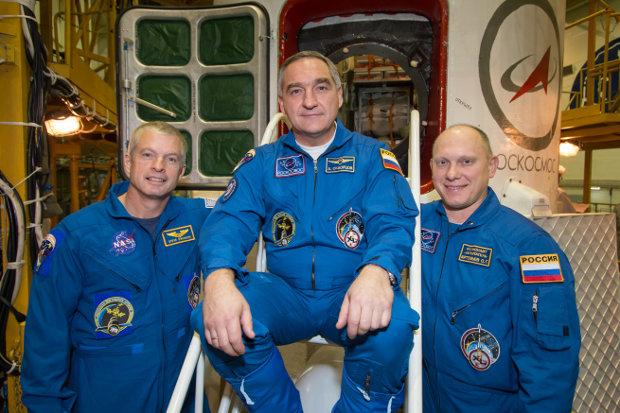 Steve Swanson, Alexander Skvortsov e Oleg Artemyev davanti alla navicella Soyuz TMA-12M il 21 marzo 2014 (Foto NASA/Victor Zelentsov)