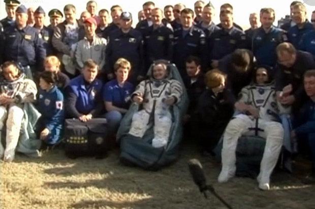 Koichi Wakata, Mikhail Tyurin e Rick Mastracchio assistiti dopo il loro atterraggio (Foto NASA TV)