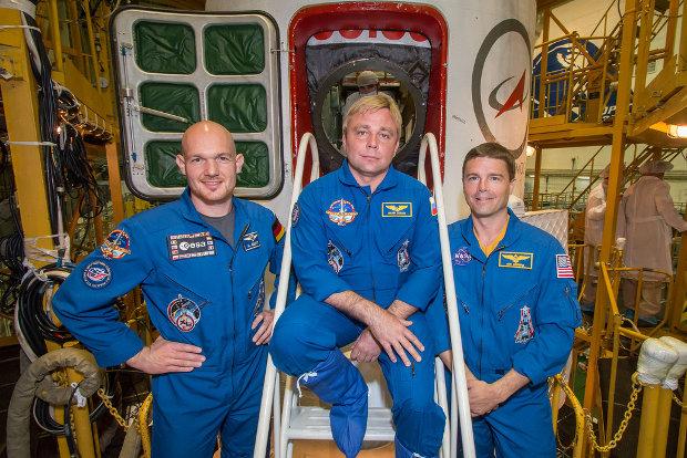 Alexander Gerst, Maxim Suraev e Reid Wiseman di fronte alla navicella spaziale Soyuz TMA-13M (Foto NASA/Victor Zelentsov)