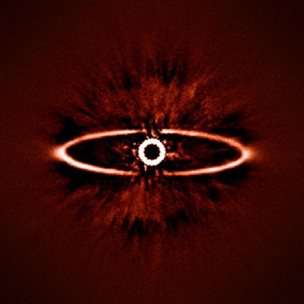 La stella HR 4796A con l'anello di polvere attorno ad essa fotografati da SPHERE (Immagine ESO/J.-L. Beuzit et al./SPHERE Consortium)