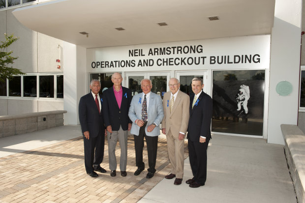 L'amministratore della NASA Charles Bolden, gli astronauti Mike Collins, Buzz Aldrin e Jim Lovell e il direttore del Kennedy Space Center Robert Cabana davanti al Neil Armstrong Operations and Checkout Building (Foto NASA/Kevin O'Connell)