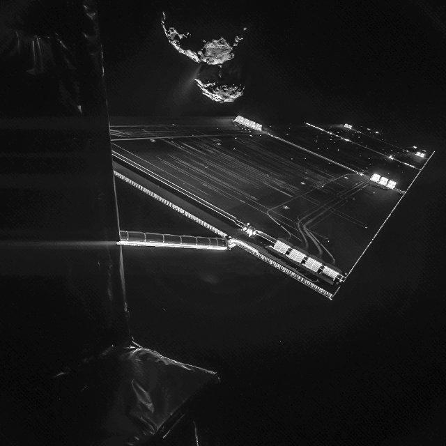 Immagine composita scattata dal lander Philae della sonda spaziale Rosetta con la cometa 67P/Churyumov–Gerasimenko sullo sfondo (Immagine ESA/Rosetta/Philae/CIVA)
