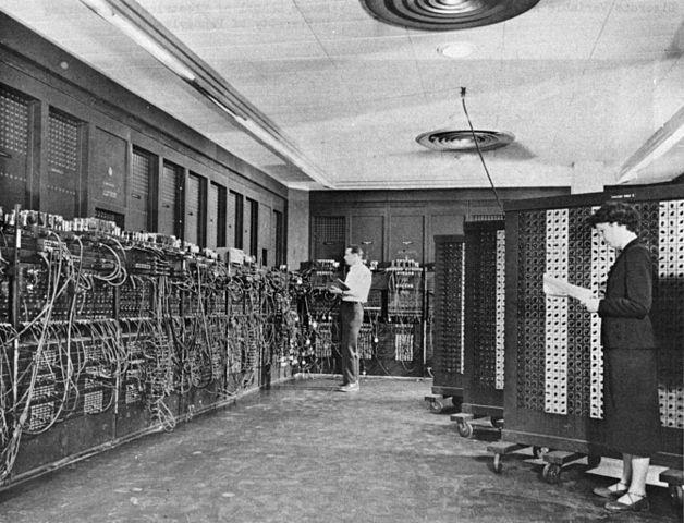 Glen Back e Betty Snyder mentre lavorano su ENIAC