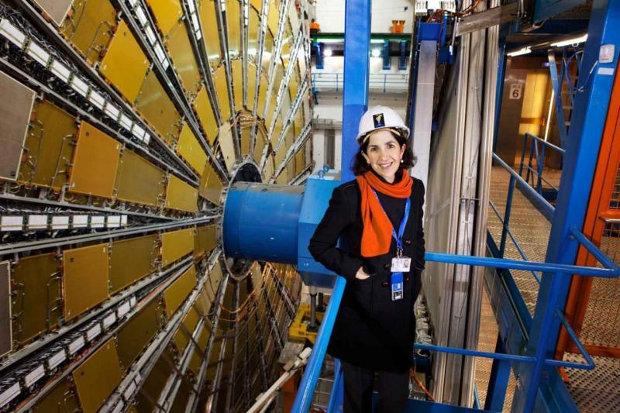 Fabiola Giannotti al rivelatore ATLAS (Foto cortesia Claudia Marcelloni/CERN. Tutti i diritti riservati)