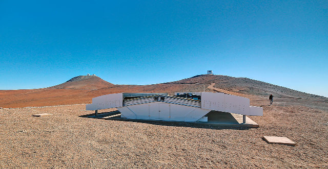 La cupola dell'NGTS vista durante il giorno. Sullo sfondo le cupole del VLT e di VISTA (Foto ESO/R. Wesson)