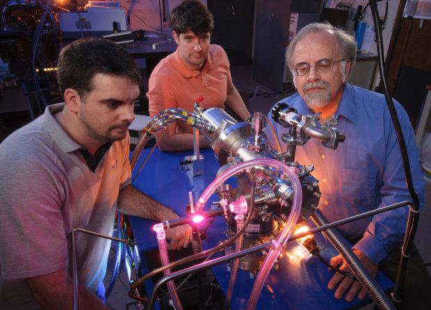 Gli scienziati Michel Nuevo, Christopher Materese e Scott Sandford con un'apparecchiatura usata nella loro ricerca (Foto NASA/ Dominic Hart)