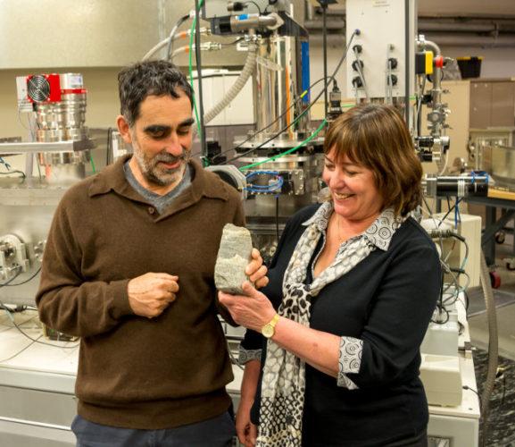 Il professor Allen Nutman, la professoressa Vickie Bennett e un pezzo di stromatolite fossile (Foto cortesia Yuri Alemin)