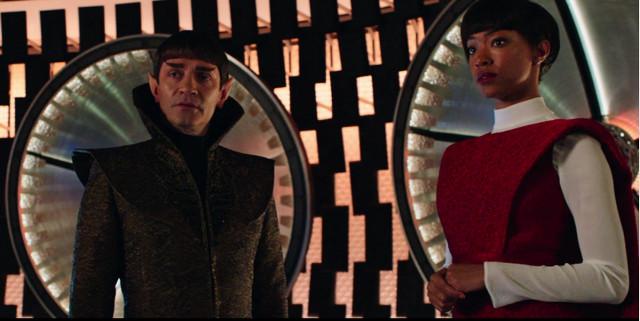 Sarek (James Frain) e Michael Burnham (Sonequa Martin-Green) ne La battaglia delle stelle binarie (Immagine cortesia CBS / Netflix)