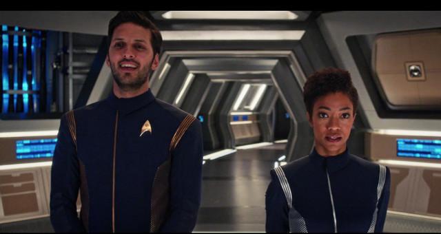 Ash Tyler (Shazad Latif) e Michael Burnham (Sonequa Martin-Green) in Toglie di senno fin anche i più saggi (Immagine cortesia CBS / Netflix)
