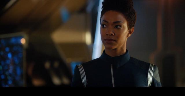 Michael Burnham (Sonequa Martin-Green) ne La guerra fuori, la guerra dentro (Immagine cortesia CBS / Netflix)