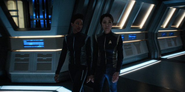 Michael Burnham (Sonequa Martin-Green) e il Capitano Philippa Georgiou (Michelle Yeoh) in Mi prenderai per mano? (Immagine cortesia CBS / Netflix)