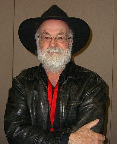 Terry Pratchett nel 2012 (foto ©Luigi Novi / Wikimedia Commons)