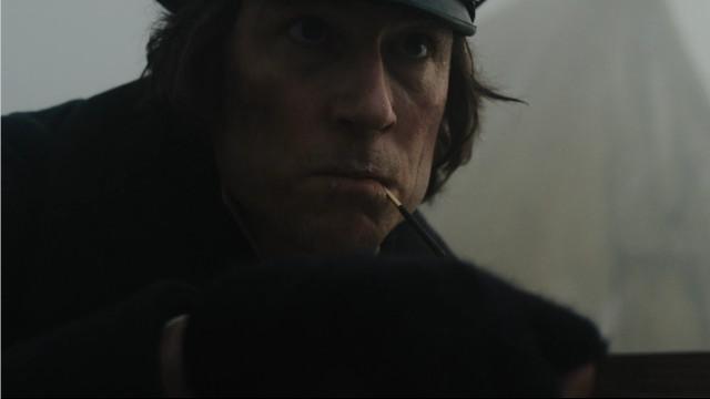 Comandante James Fitzjames (Tobias Menzies) in Attacco all'accampamento(Immagine cortesia AMC Studios / Amazon. Tutti i diritti riservati)