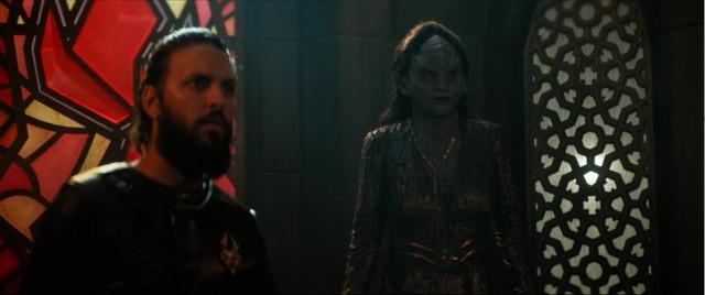 Ash Tyler (Shazad Latif) e L'Rell (Mary Chieffo) in Punto di luce (Immagine cortesia CBS / Netflix)