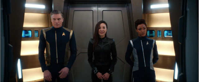 Christopher Pike (Anson Mount), Philippa Georgiou (Michelle Yeoh) e Michael Burnham (Sonequa Martin-Green) in Santi dell'imperfezione (Immagine cortesia CBS / Netflix)