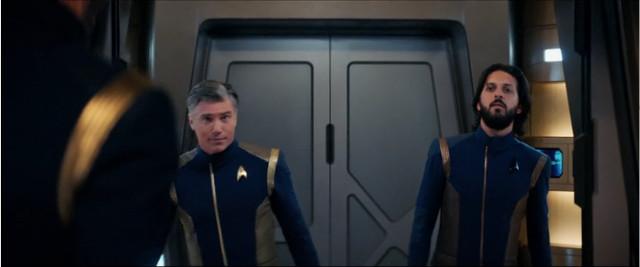 Il Capitano Christopher Pike (Anson Mount) ed Ash Tyler (Shazad Latif) in Luci e ombre (Immagine cortesia CBS / Netflix)