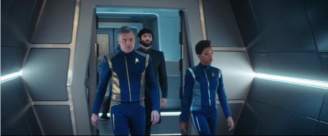 Il Capitano Christopher Pike (Anson Mount), Spock (Ethan Peck) e Michael Burnham (Sonequa Martin-Green) in Perpetua Infinità (Immagine cortesia CBS / Netflix)