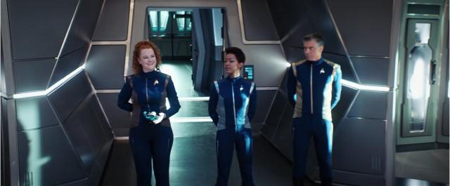 La guardiamarina Sylvia Tilly (Mary Wiseman), Michael Burnham (Sonequa Martin-Green) e il Capitano Christopher Pike (Anson Mount) in Un dolore così dolce (Immagine cortesia CBS / Netflix)
