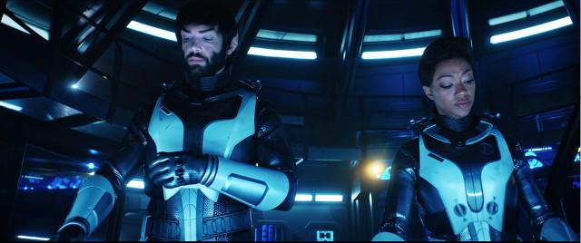 Spock (Ethan Peck) e Michael Burnham (Sonequa Martin-Green) in Attraverso la valle delle tenebre (Immagine cortesia CBS / Netflix)