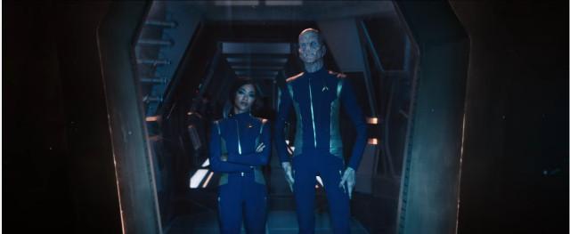 Michael Burnham (Sonequa Martin-Green) e Saru (Doug Jones) in Provarci fino alla morte (Immagine cortesia CBS / Netflix)