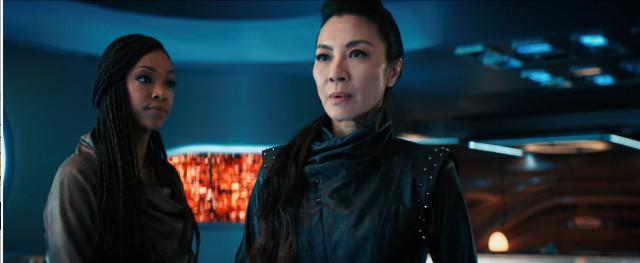 Michael Burnham (Sonequa Martin-Green) e Philippa Georgiou (Michelle Yeoh) in Sfruttatori (Immagine cortesia CBS / Netflix)