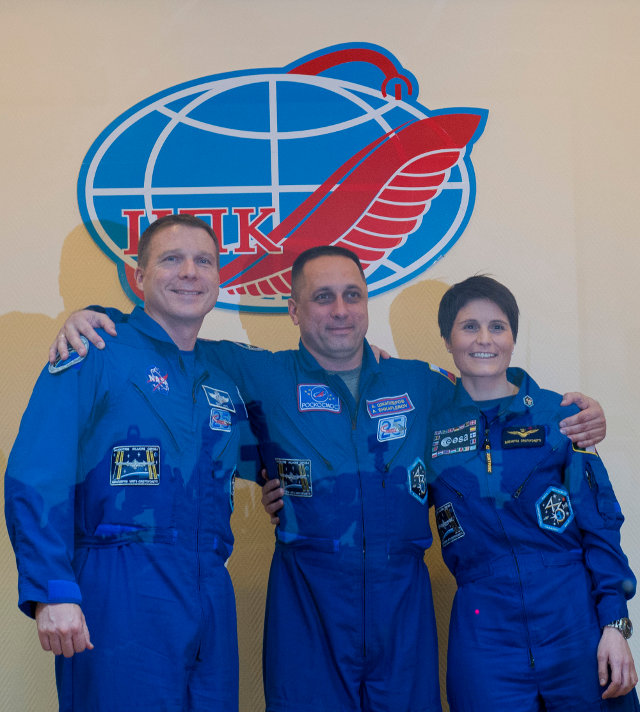 Terry Virts, Anton Shkaplerov e Samantha Cristoforetti durante una conferenza stampa del 22 novembre 2014 (Foto ESA–S. Corvaja)