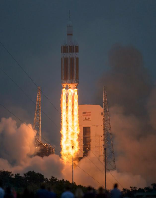 La navicella spaziale Orion al decollo su un razzo vettore Delta IV Heavy (Foto NASA / Bill Ingalls)