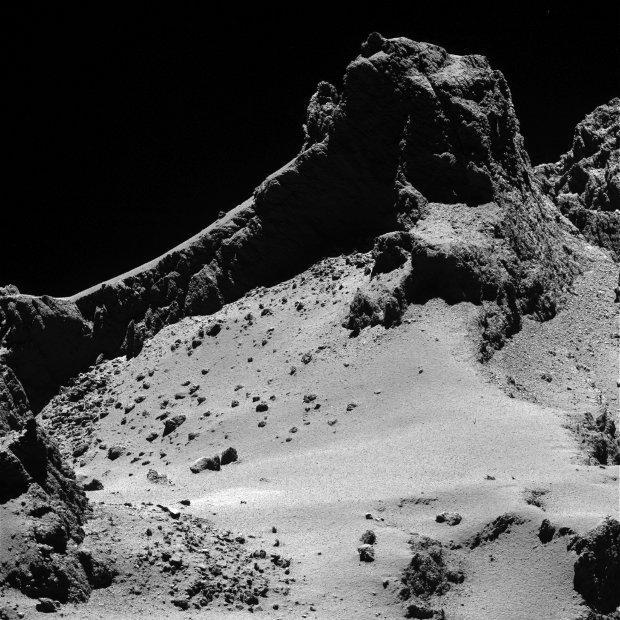 Sezione del lobo più piccolo della cometa 67P/Churyumov–Gerasimenko vista dalla sonda spaziale Rosetta (Immagine ESA/Rosetta/MPS for OSIRIS Team MPS/UPD/LAM/IAA/SSO/INTA/UPM/DASP/IDA)