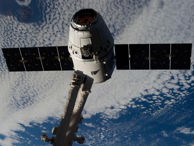 La navicella spaziale Dragon di SpaceX catturata dal braccio robotico Canadarm2 della Stazione Spaziale Internazionale (Foto NASA)