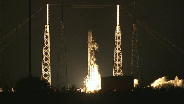 La navicella spaziale Dragon di SpaceX al decollo in cima ad un razzo vettore Falcon 9 per iniziare la missione CRS-5 (Foto NASA)
