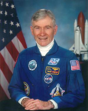 Ritratto ufficiale di John Young nel 2002 (Foto NASA)