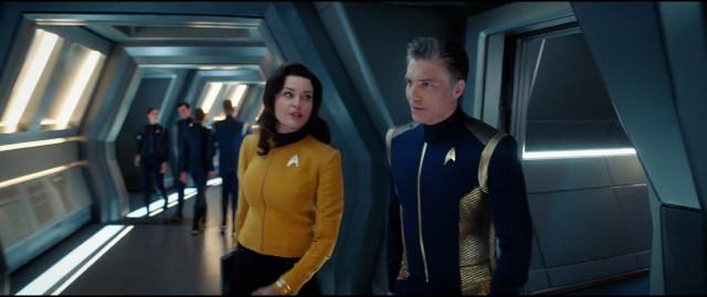 Numero Uno (Rebecca Romijn) e il Capitano Christopher Pike (Anson Mount) in Un obolo per la Charon (Immagine cortesia CBS / Netflix)