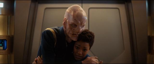 Saru (Doug Jones) e Michael Burnham (Sonequa Martin-Green) in Un obolo per la Charon (Immagine cortesia CBS / Netflix)