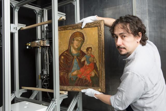 Josef Uher prepara un quadro per una scansione (Foto cortesia InsightART)